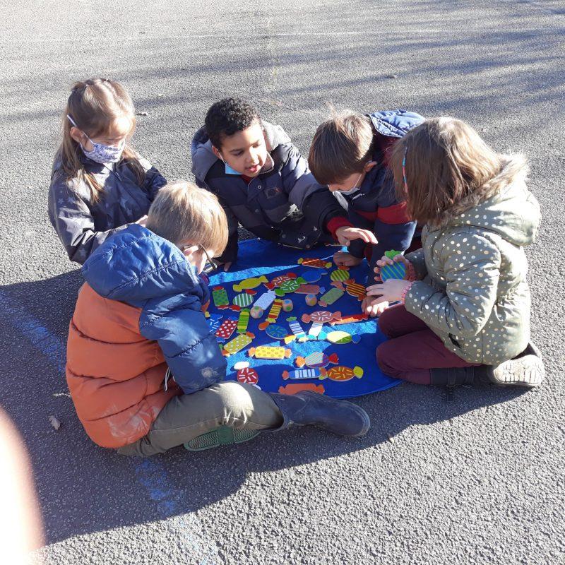 enfant qui jouent aux jeux de société